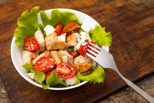 Salada light de verão com frango, tomate e queijo macio. cópia do protransranst
