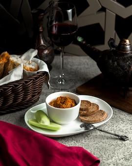Salada mangal com pão e legumes