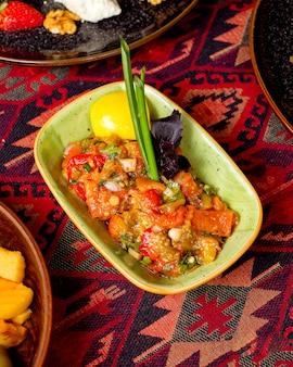 Salada mangal decorada com folhas de cebolinha e manjericão