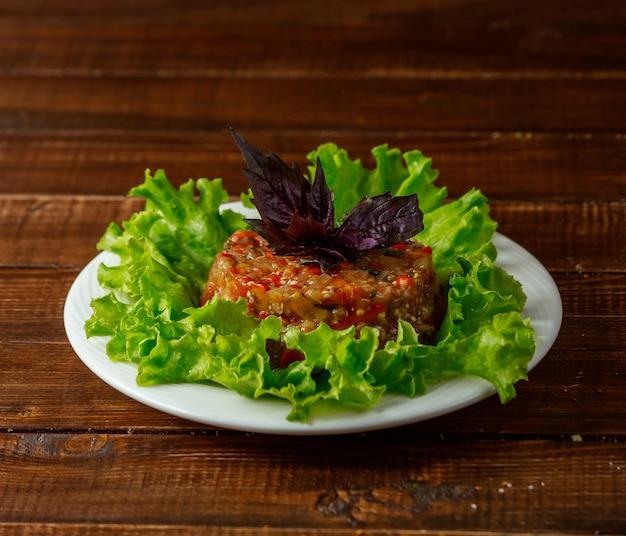 Salada mangal em cima da mesa