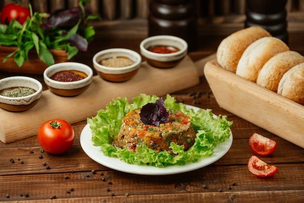Salada mangal, mistura de berinjela grelhada, tomate e pimentão com alho, servido com molhos diferentes