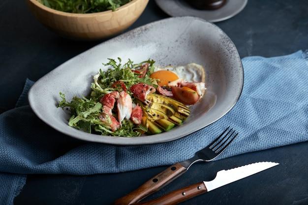 Salada mediterrânea com caranguejo grelhado, tomate cereja, rúcula, verduras, abacate, limão, azeitonas, molho balsâmico
