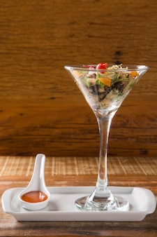 Salada mediterrânea grega, azeitonas e pimenta.