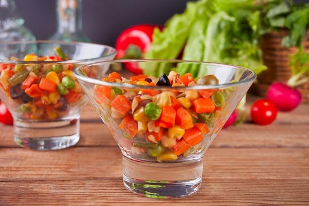 Salada mexicana caseira em um tigelas withbeans, milho, tomate, pimenta e outros vegetais.