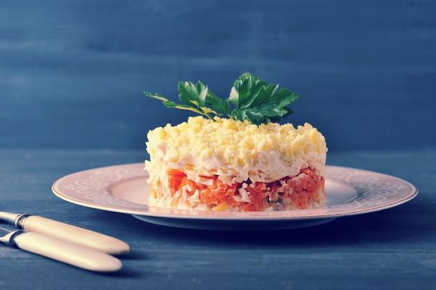 Salada mimosa com peixe, cenoura e ovos