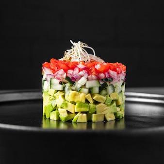 Salada minimalista em vista frontal redonda