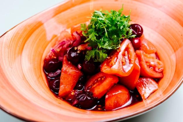 Salada mista com cereja e tomate