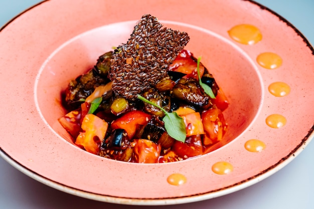 Salada mista com fatias de berinjela e tomate fritas