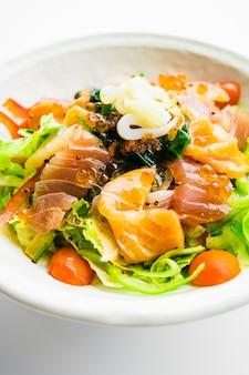 Salada mista de frutos do mar com lula de atum salmão e outros peixes