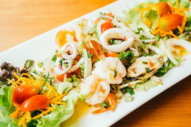 Salada mista de frutos do mar picante com estilo tailandês