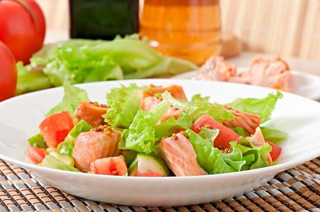 Salada mista de legumes frescos com pedaços de salmão