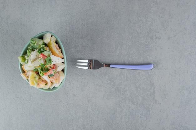 Salada mista de vegetais com ingredientes picados e picados