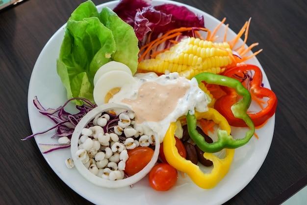 Salada misturada bonita da fruta e verdura para saudável.