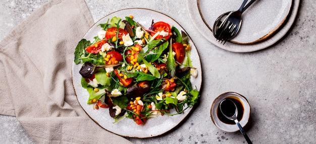 Salada mix verdura tomate cereja nozes e queijo