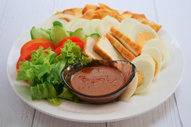 Salada muçulmana e molho para salada feito de amendoim torrado