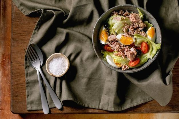 Salada nicaise tradicional com atum em lata