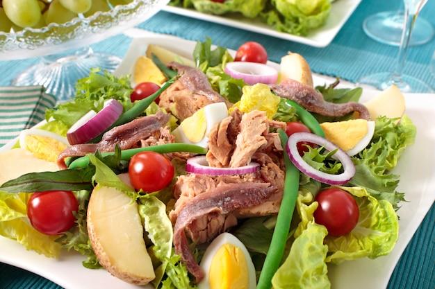 Salada nicioise com atum e legumes