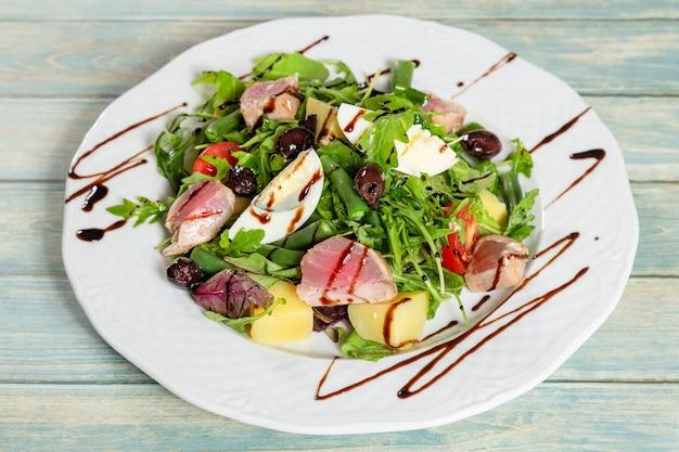 Salada nicoise com atum assado e ovo cozido. closeup vista