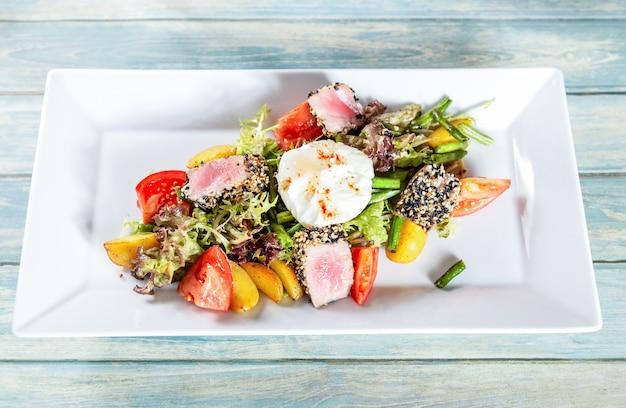 Salada nicoise com atum assado e ovo escalfado