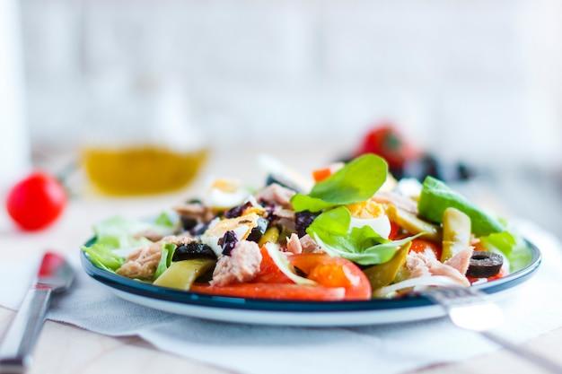Salada nicoise com atum, feijão verde, manjericão e legumes frescos