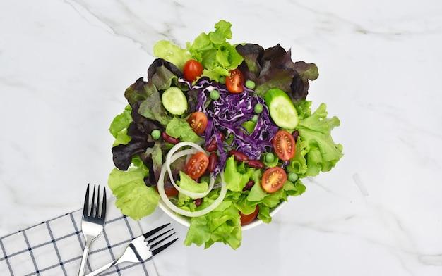 Salada no prato, conceito de comida saudável para dieta.