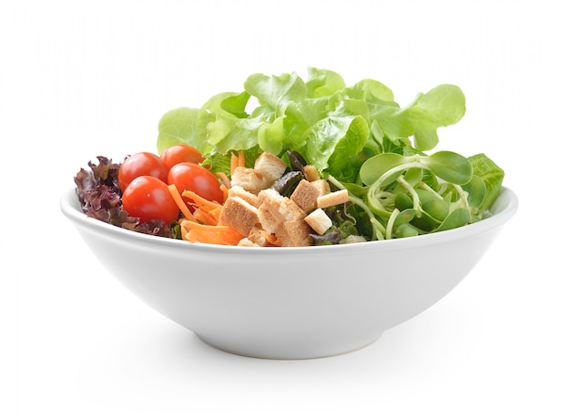 Salada no prato isolado no branco