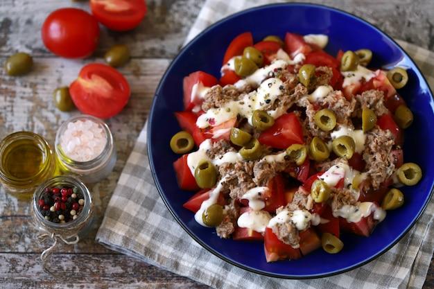 Salada nutritiva com atum e azeitonas.