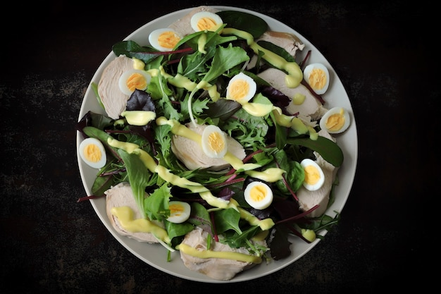 Salada nutritiva com peito de frango e ovos de codorna