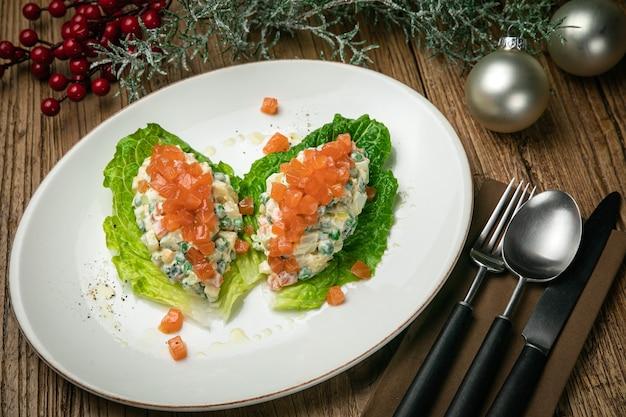 Salada olivier com salmão na mesa de madeira