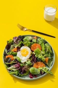 Salada orgânica com ovo em cima da mesa