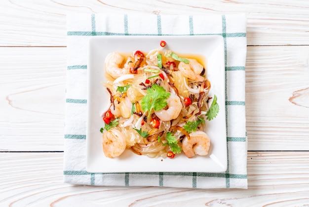 Salada pamelo apimentada com camarões ou camarões - estilo fusion food