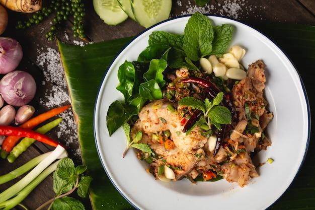Salada picada de peixe picado, comida local esan tailandesa, tailândia