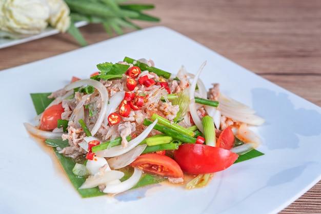 Salada picante com carne de porco picada e aletria