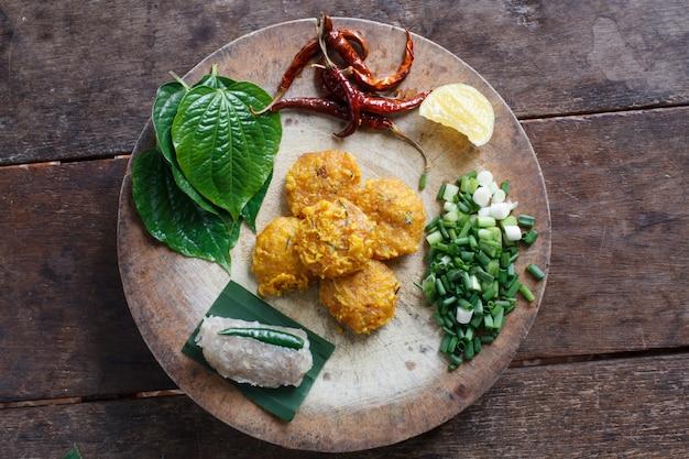 Salada picante de arroz com caril