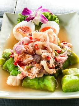 Salada picante de berinjela com camarão
