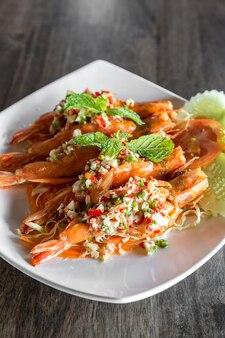 Salada picante de camarão tigre,