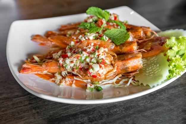 Salada picante de camarão tigre
