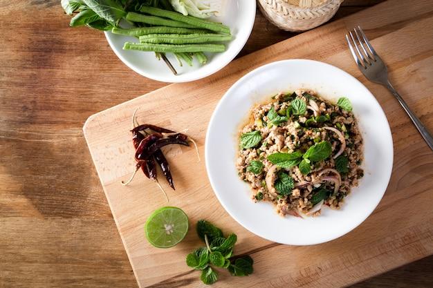 Salada picante de carne de porco picada (larb moo) comida tailandesa