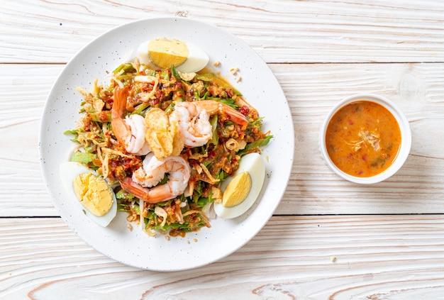 Salada picante de feijão de asa ou nozes de bétele com camarão e camarão, estilo de comida tailandesa