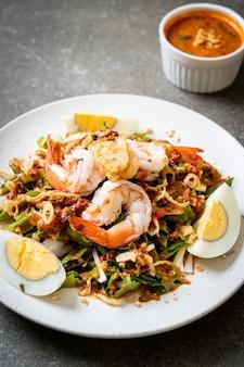 Salada picante de feijão de asa ou nozes de bétele com camarão e camarão