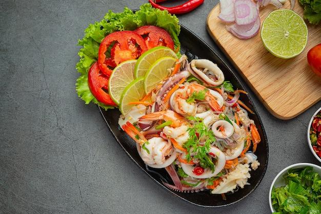 Salada picante de frutos do mar mistos com ingredientes de comida tailandesa.