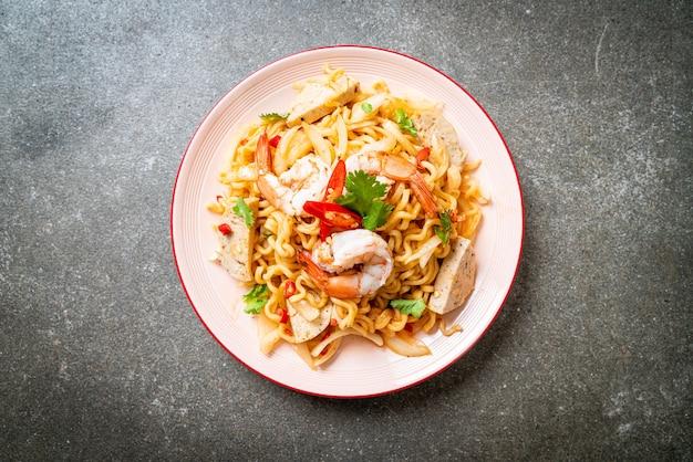 Salada picante de macarrão instantâneo com camarão - comida tailandesa
