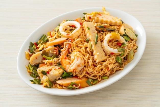 Salada picante de macarrão instantâneo com carnes variadas - comida asiática