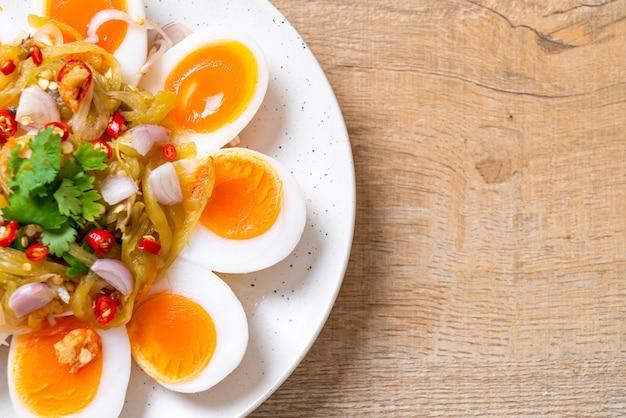 Salada picante de ovos cozidos macios