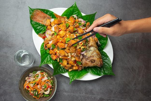 Salada picante de peixe frito tubtim, comida tailandesa picante.