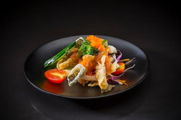 Salada picante de salmão crocante, comida japonesa, comida fuision, salada de salmão em estilo tailandês