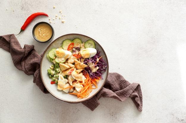 Salada picante fresca da indonésia gado gado com molho de amendoim Foto Premium