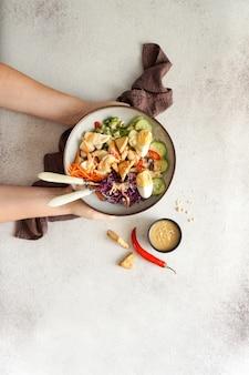 Salada picante fresca da indonésia gado gado com molho de amendoim