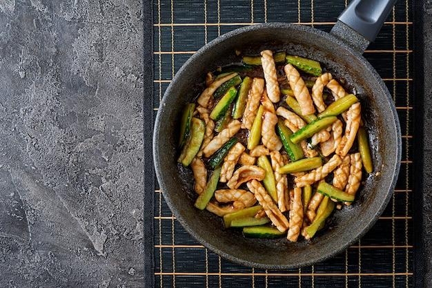 Salada picante tailandesa com calamar e pepino no molho do agridoce. comida asiática.