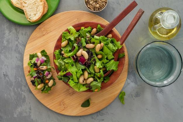 Salada plana com feijão branco
